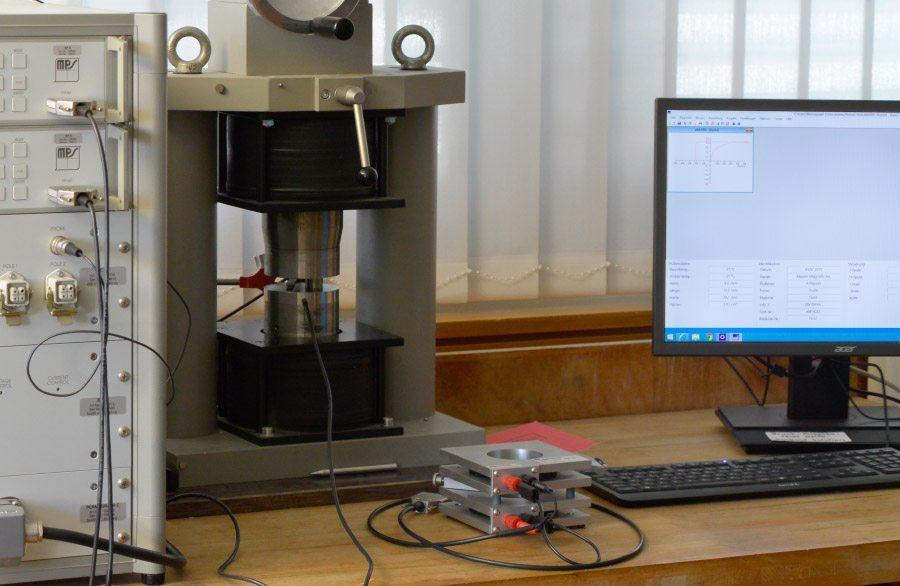 Enregistrement des courbes d'hystérésis des aimants permanents au moyen du Permagraph. Assurance de la qualité des aimants permanents/systèmes d'aimants ou des matériaux magnétiques fournis.
