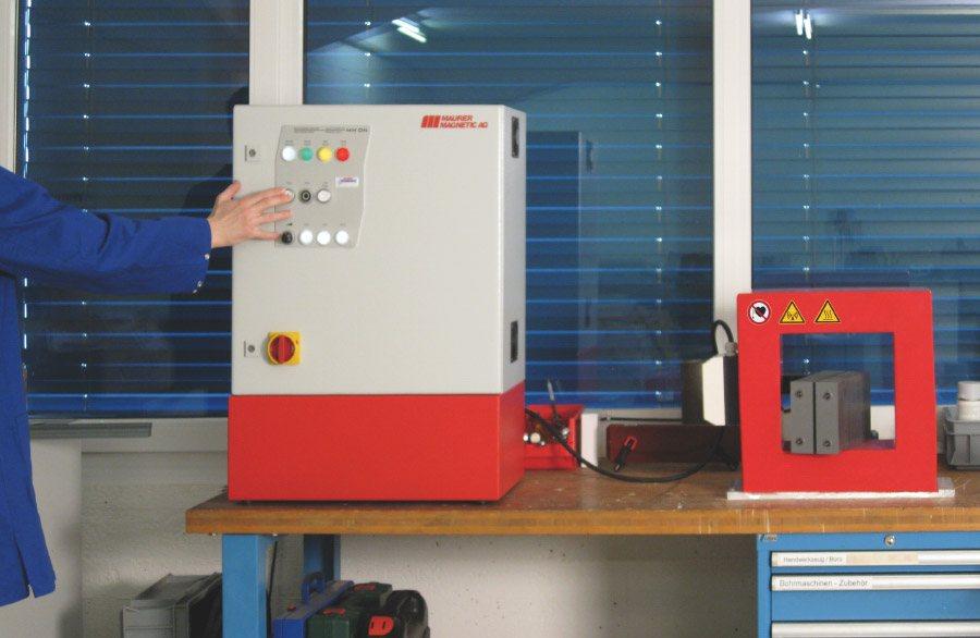 Vermogensmodule DN met tunneldemagnetisator type CT. De voedingsmodule bevindt zich op een afstand van de demagnetiseerspoel, wat relevant is voor de arbeidsveiligheid.