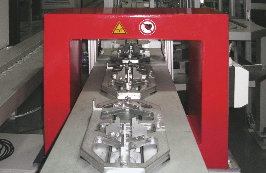 Tunneldemagnetiseerder type CT-U in een installatie met lopende band. Demagnetiseren in de doorgang van grote componenten.