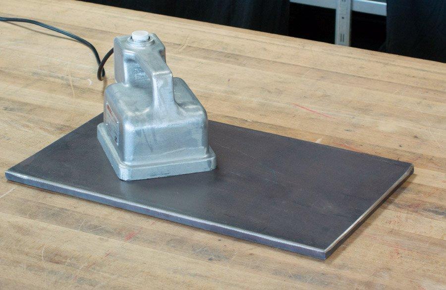 Entmagnetisierung einer Stahlplatte mit einem Handentmagnetisierer HE2.