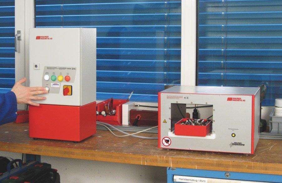 Entmagnetisierspule Typ KE mit Leistungsmodul DN150. Pulsentmagnetisierung wird in Abstand zum Entmagnetisierer Typ KE ausgelöst. Entmagnetisierung des Behälters mit Schüttgut mittels einem einzigen Entmagnetisierungspuls.