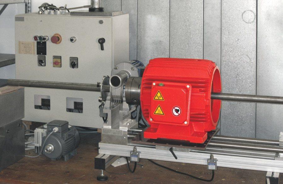 Entmagnetisierung einer Stange mit konstanter Geschwindigkeit mittels dem Entmagnetisierer Typ RE. Durchlaufentmagnetisierung ermöglicht konstante Produktion bei gleichbleibender Qualität.