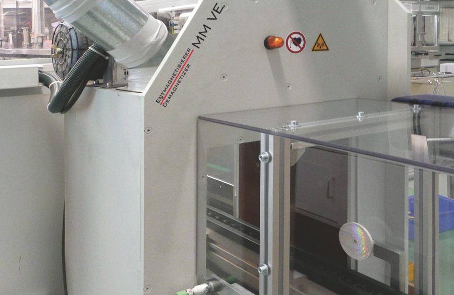 Autonoom werkende demagnetisator VE.  Demagnetisatie, geactiveerd door middel van een fotocel, vindt automatisch plaats.